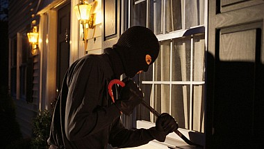 Doi bărbaţi au furat un laptop dintr-un magazin din Capitală