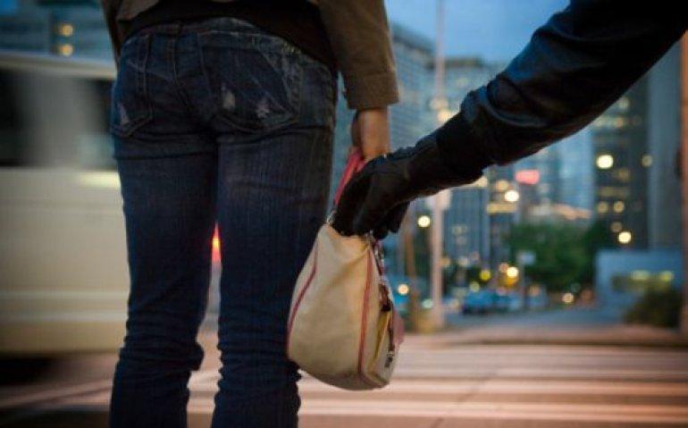 O femeie a fost jefuită de doi indivizi în timp ce se întorcea de la muncă