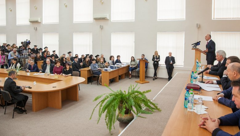 """""""Clasa funcţionarilor publici se măreşte!"""" Absolvenţii Academiei de Administrare Publică din Moldova şi-au primit diplomele"""