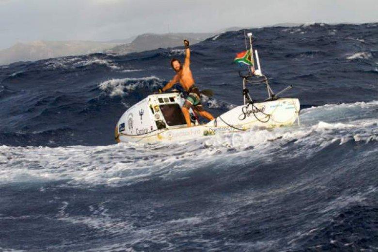 Record mondial. Un bărbat a traversat Oceanul Atlantic într-o barcă cu vâsle