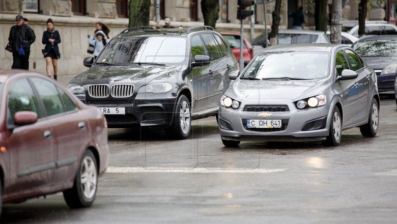 Încalcă legea. Mai mulţi şoferi continuă să-şi umbrească parbrizele