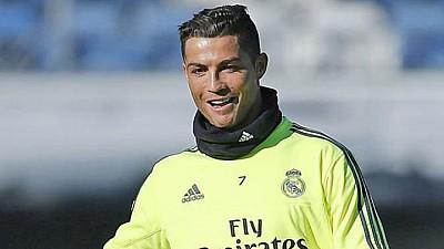 Ronaldo, fotbalistul anului 2016. A primit trofeul din mâinile selecționerului lusitan Fernando Santos