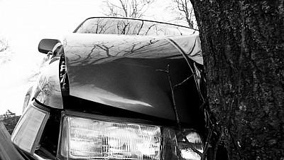 """Accident fatal. Un poliţist de la """"Fulger"""" a intrat cu maşina într-un copac"""