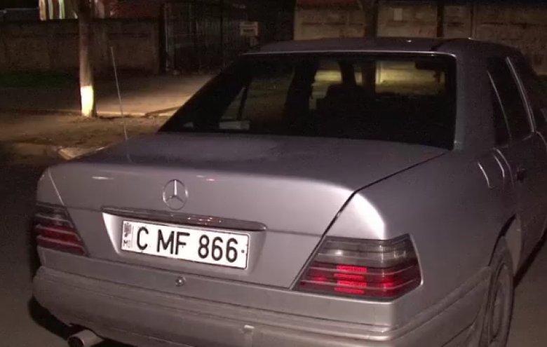 Un bărbat beat ar fi vandalizat câteva automobile, iar apoi a fugit de la faţa locului