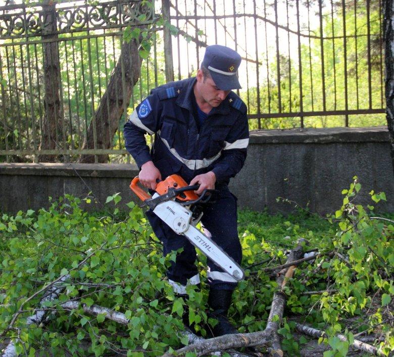 GALERIE FOTO. Angajații serviciilor de forță intervin și în weekend pentru a ajuta la curățarea Capitalei