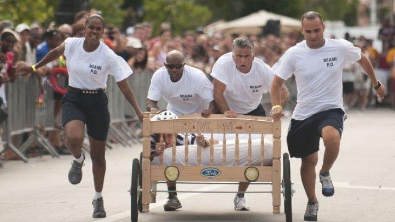 Imaginea zilei: Competiţie sportivă inedită. 90 de echipe au avut de parcurs o distanţă de 3 km pe străzile oraşul Yorkshire pe paturi