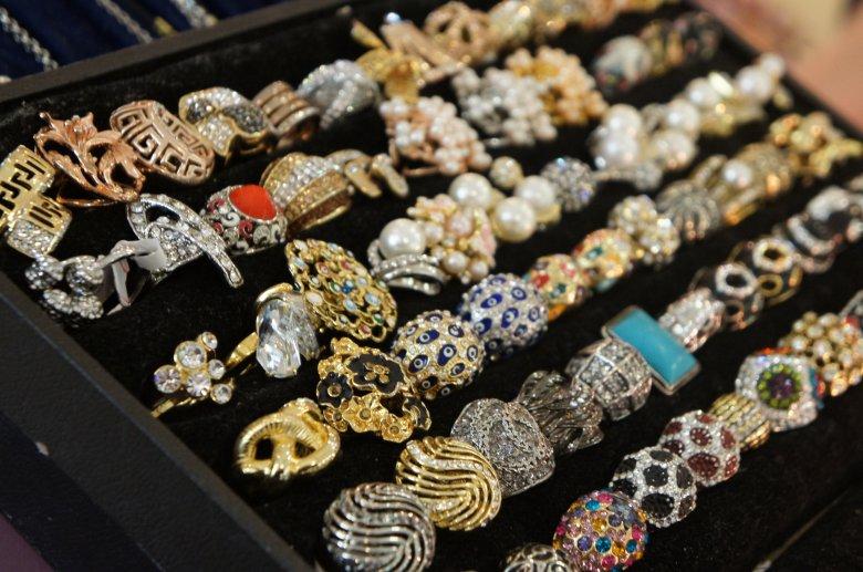 De la jurnalistă, la meşterită de bijuterii