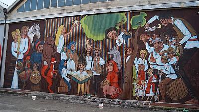 Cititori atraşi prin artă. Un tânăr a pictat un perete al Bibliotecii din satul Costeşti