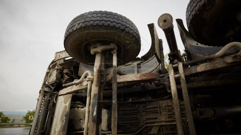 Accident dramatic. O betonieră s-a răsturnat la Nisporeni, iar şoferul a murit