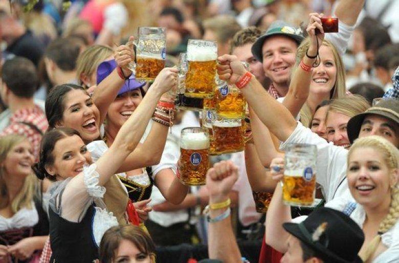 Imaginea zilei: La Berlin are loc Festivalul Internaţional de Bere. Acolo găsiţi 344 de fabrici de bere, din 87 de țări şi 2.400 de tipuri de bere