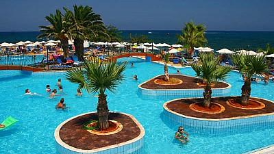 Plaje cu nisip roz. Mii de turişti sunt dornici să se relaxeze pe litoralul insulei Creta