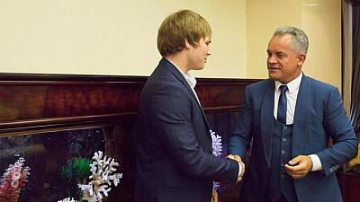 Признание успехов. В. Плахотнюк поздравил спортсмена с очередным титулом