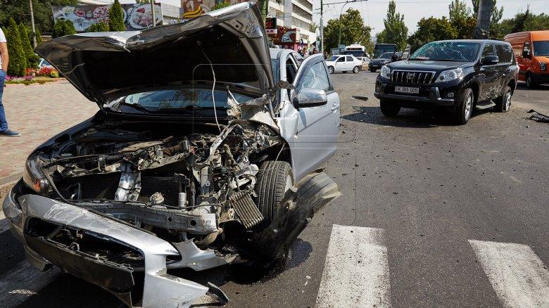 Accident în Capitală! Două mașini au fost făcute zob după ce s-au ciocnit frontal