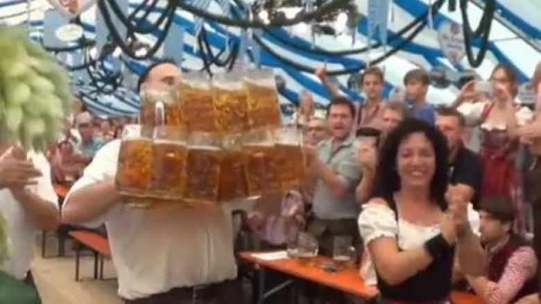 A bătut propriul record! Un bărbat din Germania a cărat 31 de halbe pline cu bere