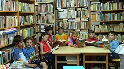 Promovează lectura. Scriitorul Iulian Filip a deschis în curtea unui bloc din Capitală o bibliotecă