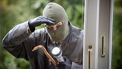 Попытка ограбления. Мужчина в маске угрожая ножом и битой, требовал деньги