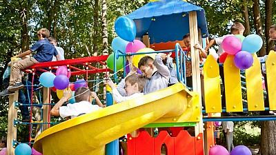 """Bucurie mare pentru copiii de la Mileștii Mici. A fost deschis un nou teren de joacă marca """"Edelweiss"""""""