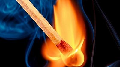 L-a stropit cu motorină și i-a dat foc! Un individ de 31 de ani a incendiat un minor