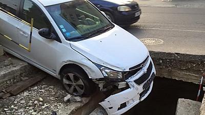 Ghinion nocturn. Un şofer din Capitală a ajuns cu mașina într-o groapă săpată de Termoelectrica