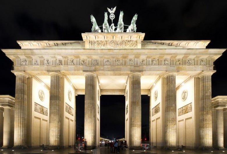 Imaginea zilei: Un artist a instalat trei autocare răsturnate lângă poarta Brandenburg din capitala Germaniei