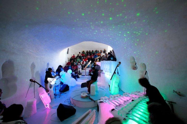 Imaginea zilei: Un muzician a organizat un concert folosind instrumente muzicale fabricate din gheață