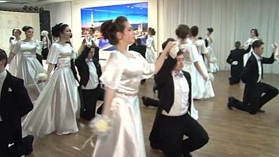 În ritm de vals. Zeci de tineri din raionul Briceni au îmbrăcat costume de epocă și au participat la un Bal Vienez