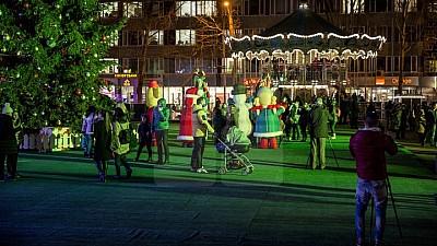 Bucurie pentru cei mici. Copiii poliţiştilor s-au distrat gratuit la târgul Acasă de Crăciun din Capitală