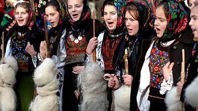 Ajunul Sfântului Vasile. Cetele de urători din satul Oxentea au umblat din casă-n casă