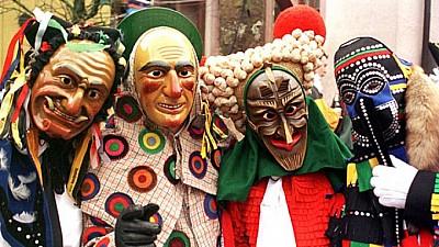 Imaginea zilei: În cadrul carnavalului Fastnacht din Germania, participanții au reprezentat liderii mondiali în ispostaze comice și au aruncat dulciuri în spectatori