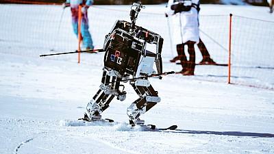 Imaginea zilei: Concurs inedit pe o pârtie din apropierea Peongchangului. Opt roboți au făcut senzație pe schiuri