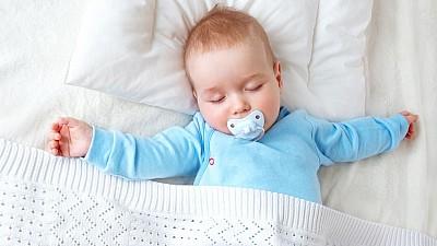 Perna ideală pentru somnul copilului. Care sunt recomadările pediatrului