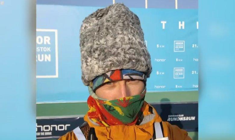 Cu căciula de miel în cap și cu drapelul Moldovei pe spate. Maratonistul Fiodor Evstigneev a participat la cursa de la Vladivostoc