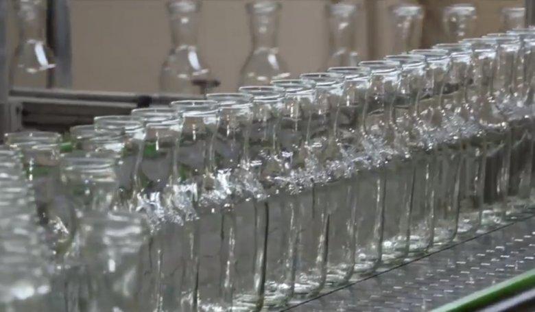 De la nisip, la sticlă. Fabrica de sticlă din Capitală produce 400 de mii de sticle în doar 24 de ore