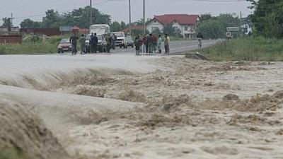 România este răvășită de inundaţii. Ploile torenţiale din ultimele zile au făcut prăpăd în 71 de localităţi din 15 judeţe