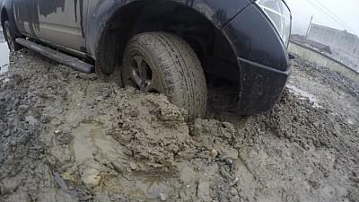 Ghinion pentru un şofer din Durlești. Maşina în care se afla a intrat până aproape de geamuri în noroi