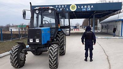 A sfidat legea! Un agricultor din Moldova și-a cumpărat tractor pe banii statului şi l-a vândut ilegal unui cetăţean ucrainean