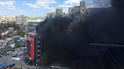 ÎNCĂ UN INCENDIU PUTERNIC în Capitală. Un centru comercial, mistuit de flăcări