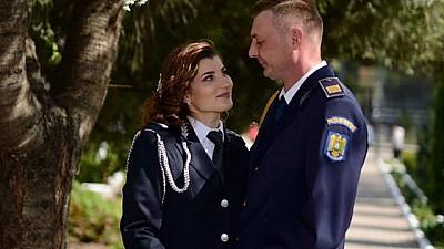 Şi-au unit destinele în uniforme de serviciu. Doi poliţişti de frontieră au jucat nunta la hotarul Moldovei