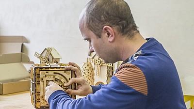 Un tânăr din stânga Nistrului creează dispozitive decorative originale pentru încărcarea gadgeturilor. Cum i-a venit această idee