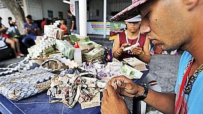 Imaginea zilei: Cum a confecționat un bărbat din Venezuela genți, încălțăminte și chipiuri din bancnote
