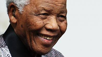 Imaginea zilei: În curtea unei închisori de maximă securitate din Africa de Sud a fost expus un portret gigant al lui Nelson Mandela