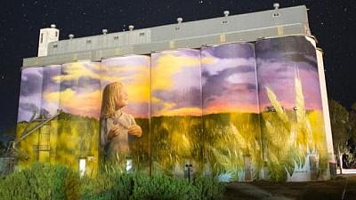 Imaginea zilei: Cum a reuşit un artist argentinian să acopere cu o pictură murală o construcţie din beton din coasta de Sud a Australiei