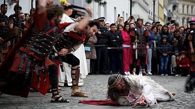 Imaginea zilei: La Ierusalim, mii de credincioşi au reconstituit procesul de răstignire al lui Isus Hristos