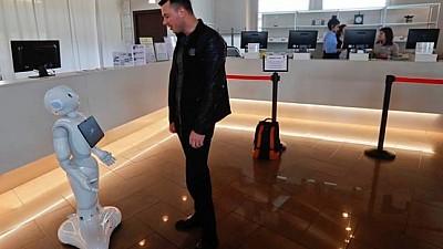 Imaginea zilei: Robotul Robby, noua atracţie pentru turişti. Acesta este recepționist la un hotel din Italia
