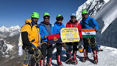 Imaginea zilei: Nu renunța niciodată la visul tău! Un tânăr a cucerit muntele Everest doar cu un picior