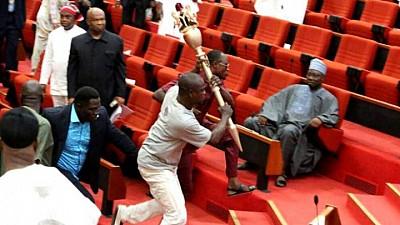 HAOS în Senatul din Nigeria. Cum au reușit un grup de hoţii să fure sceptrul fără de care nu se pot adopta legi