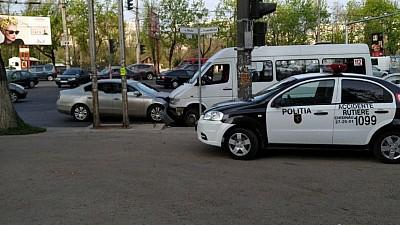 ACCIDENT VIOLENT în sectorul Botanica al Capitalei. Două persoane au ajuns la spital, după ce microbuzul în care se aflau s-a ciocnit cu un autoturism