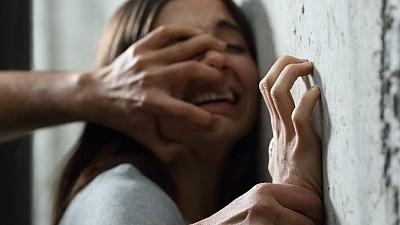 Clipe de coşmar pentru o româncă. Tânăra a fost sechestrată, bătută şi violată de fostul său iubit într-o casă din Franţa