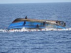 CLIPE DE GROAZĂ pentru 63 de refugiaţi africani a căror barcă s-a răsturnat în Marea Mediterană. Cum și de cine au fost salvați aceștia