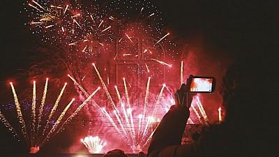 Imaginea zilei: Spectacol grandios de artificii în centrul Capitalei cu ocazia Zilei Europei și Zilei Victoriei